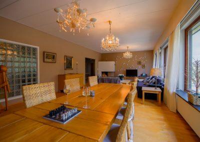 Puinen ruokapöytä shakkilauta ja viinilasit