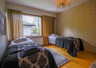 Makuuhuone kaksi sänkyä reunoilla bedroom Villa Talo Rovaniemi