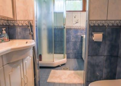 Sininen kylpyhuone suihkulla