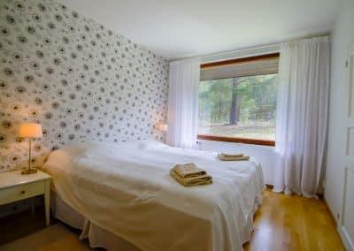 Makuuhuone parisängyllä, suuri ikkuna