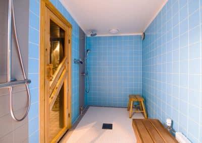 Pesuhuone kaksi suihkua, sauna, turkoosi kaakeli